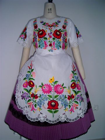 Kalocsai_hungarian_dress